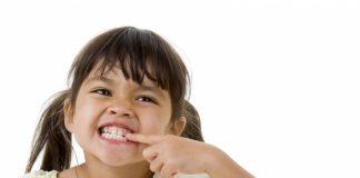 Uşaq dişlərini xırçıldayır